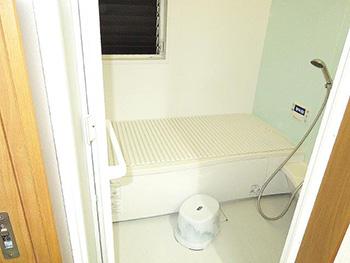 大山崎町の水廻りリフォーム。リフォーム後の浴室です。パナソニック ここチーノSクラス1616サイズ。浴槽はグロスグリーン、アクセントパネルはパラレルグリーン、床はホワイトです。
