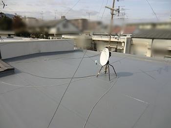 大山崎町の屋上防水リフォームが完成しました。塩ビシートの防水絶縁工法、機械式の完成です。