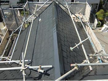 向日市の屋根塗装リフォーム。屋根塗装リフォームが完成した屋根です。ツヤツヤの光沢が素晴らしい無機ハイブリッドJY-IRです。期待耐光年数20年の驚きの耐久性です。アステックペイント スチールグレーを塗装しました。