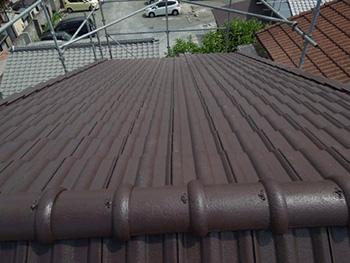 長岡京市の屋根塗装リフォーム。塗装後の屋根です。まるで新築のようになりました。アステックペイントの光沢が素晴らしいです。この塗料のおかげで、瓦を葺き替えする必要がなくなりました。