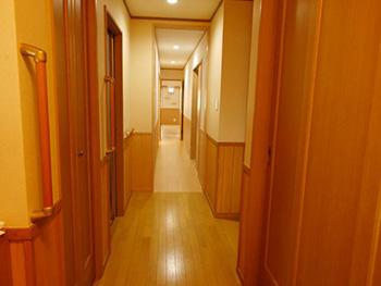長岡京市の店舗をリビングにリフォーム。玄関から入った廊下。