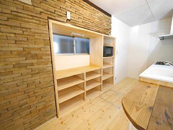 ライオンホームのキッチンリノベーション。キッチン後ろの大きな棚を造りました。壁のレンガは元々あったものです。