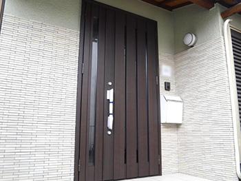 長岡京市の中古住宅リフォーム。リフォーム後の玄関ドアです。焦げ茶色の大きな親子ドアは、リクシルジエスタ親子ドア。