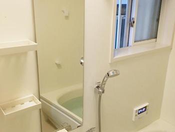 長岡京市のお風呂浴室リフォーム。リフォーム後のバスルームです。カウンターと壁が離れているのでお掃除がしやすいです。壁も浴槽もホワイトで明るいお風呂になりました。