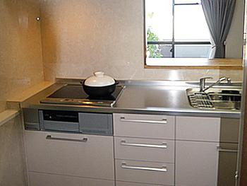 ライオンホームでキッチンリフォーム。写真では白く見えるキッチンですが、ベージュカラーです。