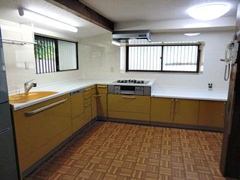 大山崎町のキッチンリフォーム。リフォーム後の新しいキッチンです。山吹色のようなキレイなイエローのL字型キッチンは、特注オーダーの特別サイズです。