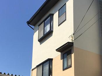 大山崎町の外壁屋根塗装リフォーム。白とオレンジがかった明るいベージュのツートンカラーの外壁になりました。
