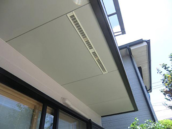 長岡京市の外壁塗装とバルコニー増築リフォーム。バルコニー下の裏面には、熱がこもらないように換気口を付けました。