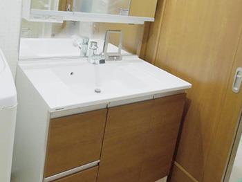 大山崎町の水廻りリフォーム。リフォーム後の洗面台です。引き出し付きキャビネットは扉が3面鏡になっていて収納力たっぷり。パナソニック シーライン 幅90センチ。