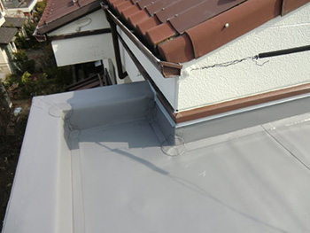 大山崎町の屋上防水リフォーム。完成した屋上の角の立上り部分。しっかりシートを巻き込んであるので安心です。