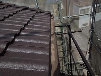 長岡京市の屋根塗装リフォーム。塗装後の屋根瓦です。光沢のある焦げ茶色になりました。乾いているのに塗れているようなツヤ感です。