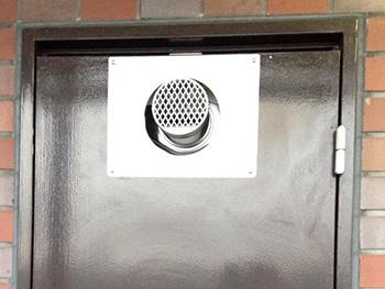 給湯器を扉の中に取付し、扉を閉めると廃棄の筒だけが外に出ます。お湯が無い生活ってスゴく不便ですよね。故障は突然やって来ます。お早めの交換をオススメします!こんな方はそろそろお考えください!◆15年以上使っている◆お湯の温度が安定しない◆リモコンの調子がおかしい◆本体から水漏れがしている◆廃棄ガスのニオイがいつもと違う◆本体から音がする◆なかなかお湯が出ない◆大阪ガスの定期点検で取替えを提案された。など、ライオンホームへぜひご相談ください。