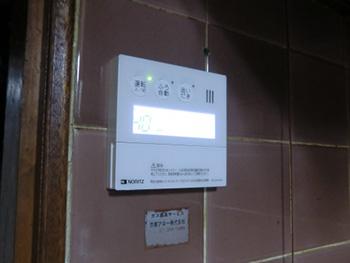 ライオンホームの給湯器交換リフォーム。台所の壁のリモコンも新しくなりました。