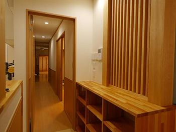 長岡京市の店舗をリビングにリフォーム。廊下に置かれた棚は造作です。