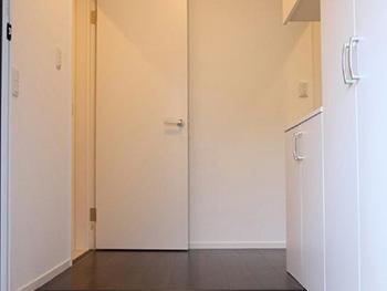 長岡京市の中古住宅リフォーム。リフォーム後の玄関内。ブラウンのフローリングにクロスと建具はホワイトです。