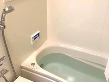 長岡京市のお風呂浴室リフォーム。リフォーム後のお風呂場の浴槽です。TOTOシステムバスルーム サザナ。4時間経過しても約2.5℃しか温度が低下しない魔法瓶浴槽です。