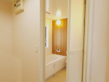 お風呂浴室リフォーム。バスルームの入口の段差はかなり低くなりました。