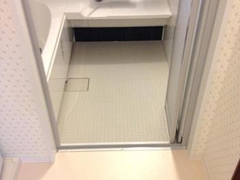 長岡京市のキッチン浴室リフォーム。床はリクシルサーモフロア。冬でも冷たさを感じにくい床です。
