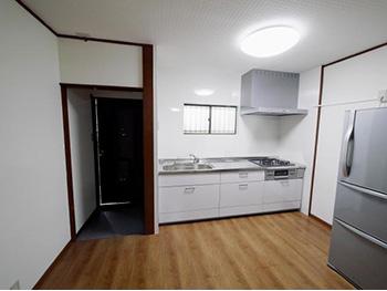 長岡京市のキッチンリフォーム。新しいキッチンはステンレスのエンボストップ。傷が付きにくく汚れを拭き取りやすい先進技術です。シルバーのレンジフードも新しくなりました。