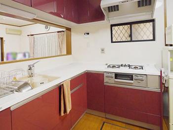 長岡京市のキッチンリフォーム。リフォーム後のキッチンは、トクラスのシステムキッチン ベリー。色はプラムレッドです。