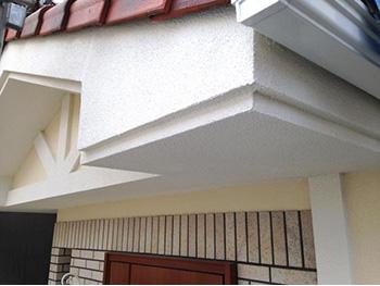 長岡京市の外壁塗装リフォーム。塗装後のエントランス上の屋根。