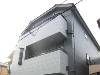 大山崎町で外壁塗装リフォーム。塗装後の外観です。ホワイトとグレーの、2色でシックな仕上がりになりました。