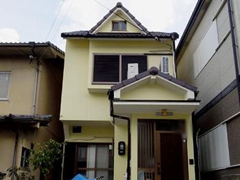 長岡京市の屋根塗装リフォーム。塗装リフォーム後の外観です。黄色い外壁に焦げ茶色の屋根がとても可愛くて素敵です。