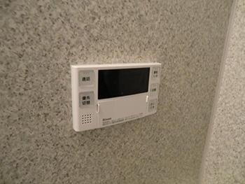 ライオンホームで給湯器交換リフォーム。浴室に付いていたリモコンも新しくなりました。新しいリモコンは音声でお知らせしてくれます。