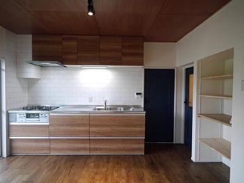 大山崎町の円団団地リノベーション。リフォーム後のキッチンを正面から見たところです。古い団地がこんなにきれいになるならやってみたい、と同じ団地の方から声が上がりました。