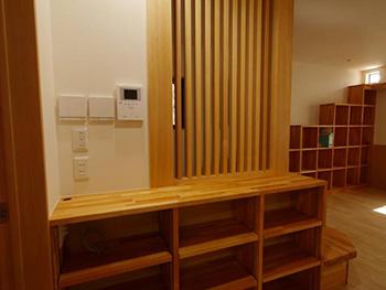 長岡京市の店舗をリビングにリフォーム。造作棚。