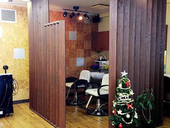 ライオンホームの店舗改装リフォーム。洗髪台の下も、全て同じ木目のフロアタイルになりました。