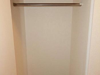 長岡京市の中古住宅リフォーム。上着もかけれる収納スペースを玄関に作りました。