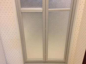 長岡京市のキッチン浴室リフォーム。リフォーム後のお風呂場のドアです。汚れがつきにくい「キレイドア」
