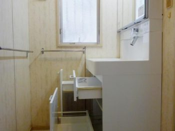 ライオンホームの洗面台リフォーム。洗面台下の収納は引き出しタイプになったので、今まで入らなかった物も入ります。楽に引き出せます。