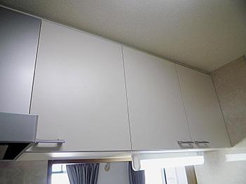 ライオンホームでキッチンリフォーム。キッチン上部の収納棚です。新しいキッチンと同じベージュカラーです。