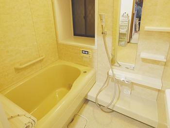長岡京市のお風呂浴室リフォーム。リフォーム後のお風呂です。タイルのお風呂からシステムバスになりました。お湯が冷めにくい高断熱浴槽は光熱費削減にも役立ちます。