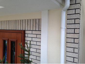 長岡京市の外壁塗装リフォーム。錆止めをした後、仕上げの上塗りで仕上げた雨樋。
