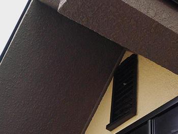 長岡京市の屋根外壁塗装リフォーム。塗装リフォーム後の玄関ポーチ上のひさし部分。カラーを焦げ茶色に変えてアクセントを付けました。