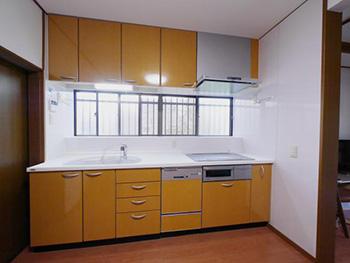 ライオンホームでキッチンリフォーム。トクラスのオレンジ色のキッチンの、天板だけを新しく交換しました。