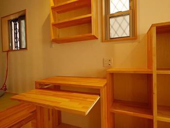 長岡京市の店舗をリビングにリフォーム。リビングにある造作家具と棚です。