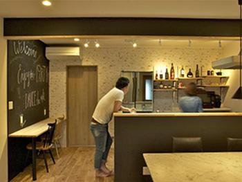 大山崎町のリビングリノベーション。リフォーム後のキッチンです。ご夫婦で楽しそうに会話をされています。カウンターでお酒を飲むのも楽しそうなキッチンになりました。