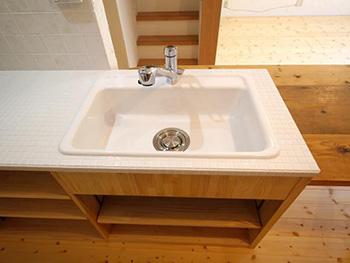 ライオンホームでキッチンリノベーション。キッチンの天板が全部白いタイルです。全てタイル貼りなので、暑いお鍋もそのまま置けます。