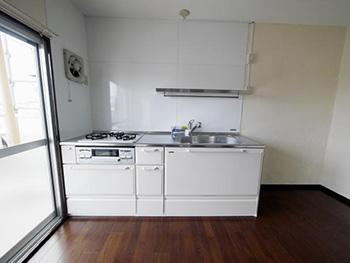 長岡京市の中古マンションリノベーション。リフォーム後のキッチン。タカラスタンダードのエーデル。真っ白でシンプルなキッチン。