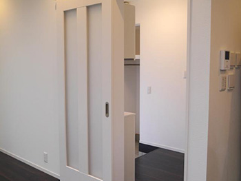 長岡京市の中古住宅リフォーム。LDKへ入ります。建具は引き戸で、戸も壁もホワイトです。
