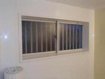 大山崎町の浴室・洗面室リフォーム。お風呂の窓は、元々のものをそのまま使いました。お風呂の入れ替えでは、サッシはそのまま使用することが多いです。もちろん取り替えることも出来ます。