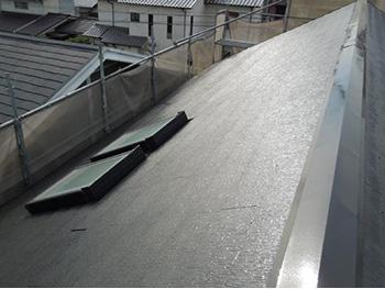 長岡京市の屋根外壁塗装リフォーム。塗装後の屋根がお日様の光で輝いています。