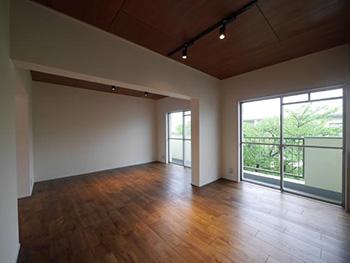 大山崎町の円団団地リノベーション。リフォーム後の12畳のLDKです。どこからもバルコニーに出られる大きな吐き出し窓があります。元々和室があった場所です。