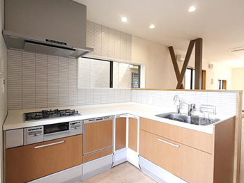 向日市で中古住宅を購入してリノベーション。リフォーム後のL字型キッチンです。