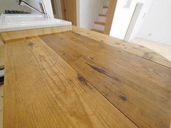 ライオンホームでキッチンリノベーション。前のキッチンにあった木のカウンター。ご主人が手作りされた宝物のカウンターを新しく作ったキッチンとつなげました。