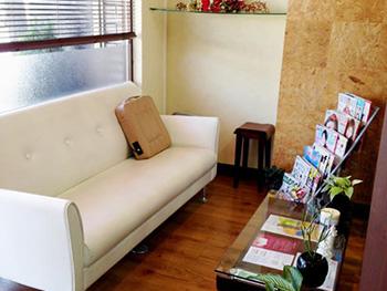 ライオンホームの店舗改装リフォーム。お客様にお待ちいただくスペースです。ソファに座ってゆっくり雑誌を読んだり。